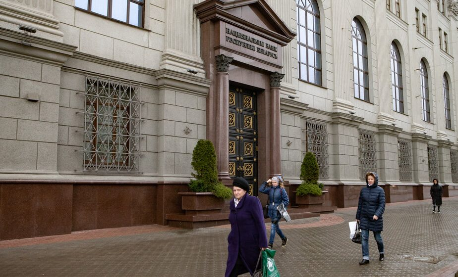 Беларусы вынеслі з банкаў рэкордную колькасць грошай. Эксперт: «Гэта крытычна для банкаўскай сістэмы»
