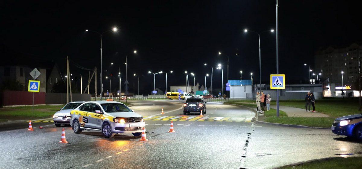 Alfa Romeo «догнала» такси в Барановичах. В результате — тройное столкновение
