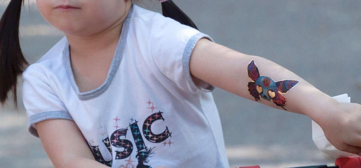 Ученые предупредили об опасности временных переводных татуировок длядетей
