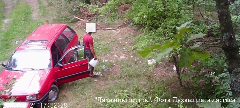 Мужчина выбросил мусор в лесу под Ляховичами. Вот как наказали нарушителя