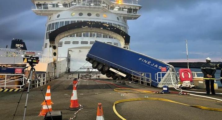 Белорусский дальнобойщик умер за рулем фуры во Франции: его грузовик четыре часа висел над морем