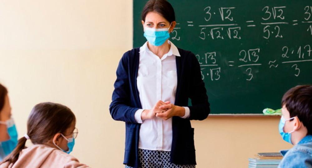 Министр образования рассказал, нужно ли учителям носить маски в школе