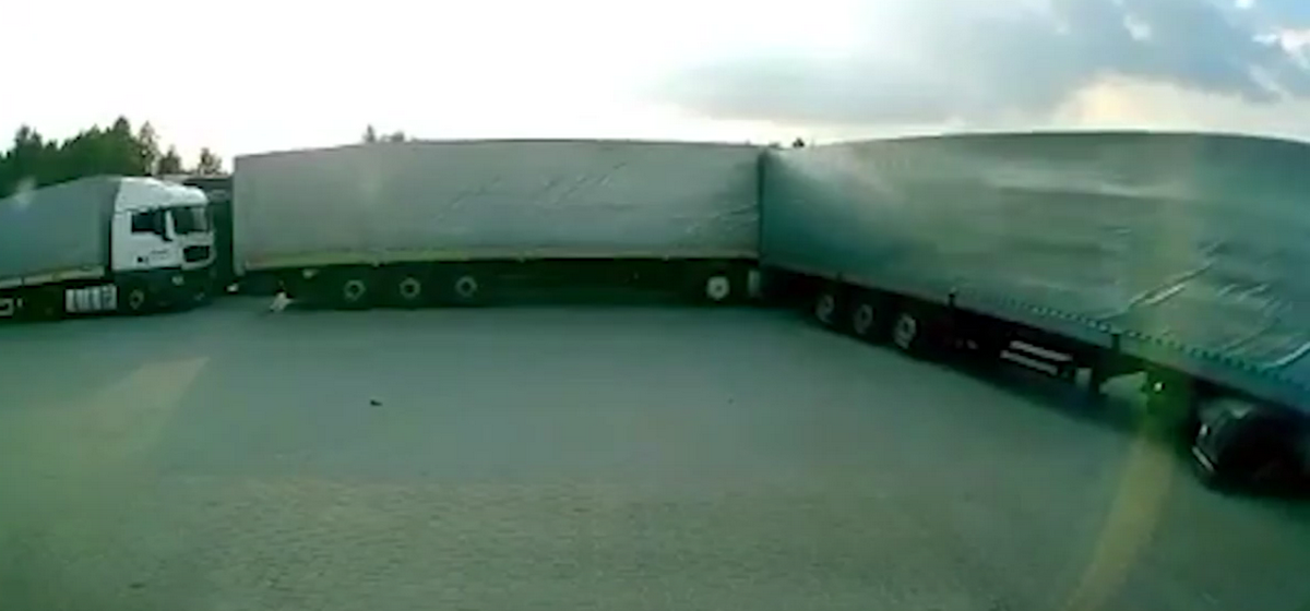 Пьяный белорусский дальнобойщик протаранил несколько фур, выезжая с парковки в Польше. Видео