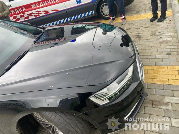 Автомобиль первого помощника Зеленского обстреляли под Киевом, ранен водитель