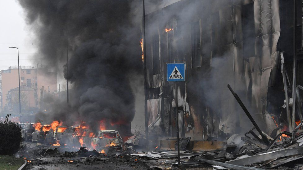 Частный самолет врезался в офисное здание в Милане – погибли восемь человек