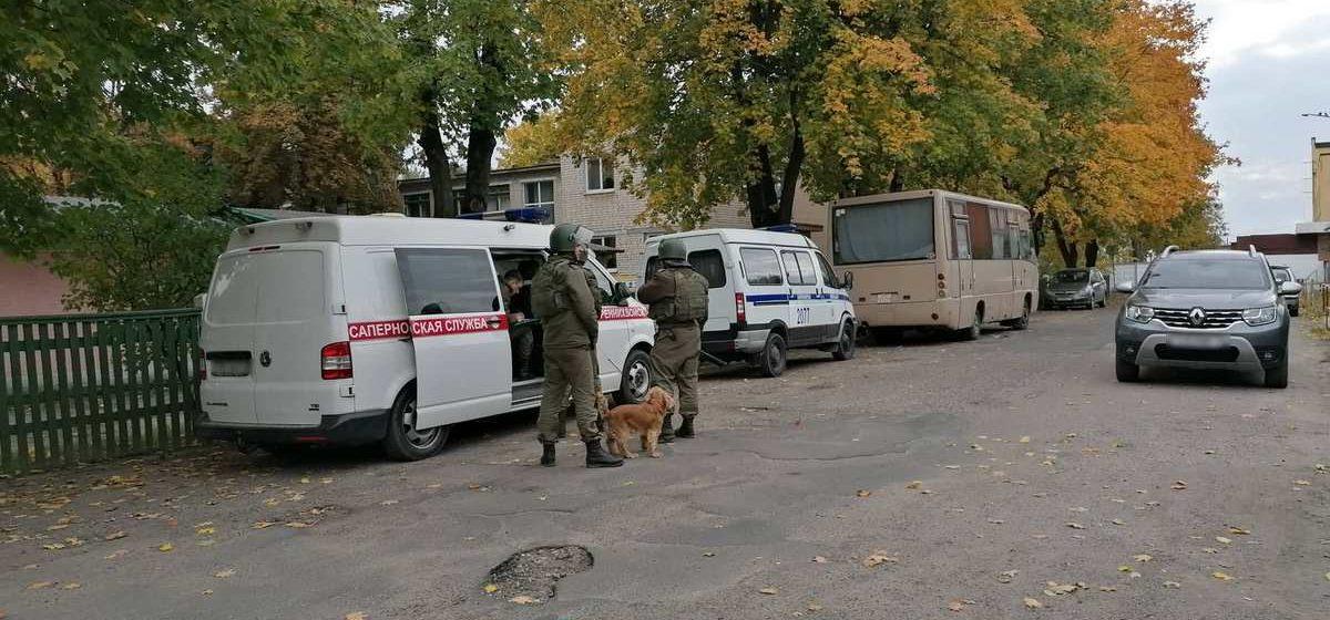 Спецслужбы оцепили несколько школ в Барановичах и районе. В зданиях работают саперы