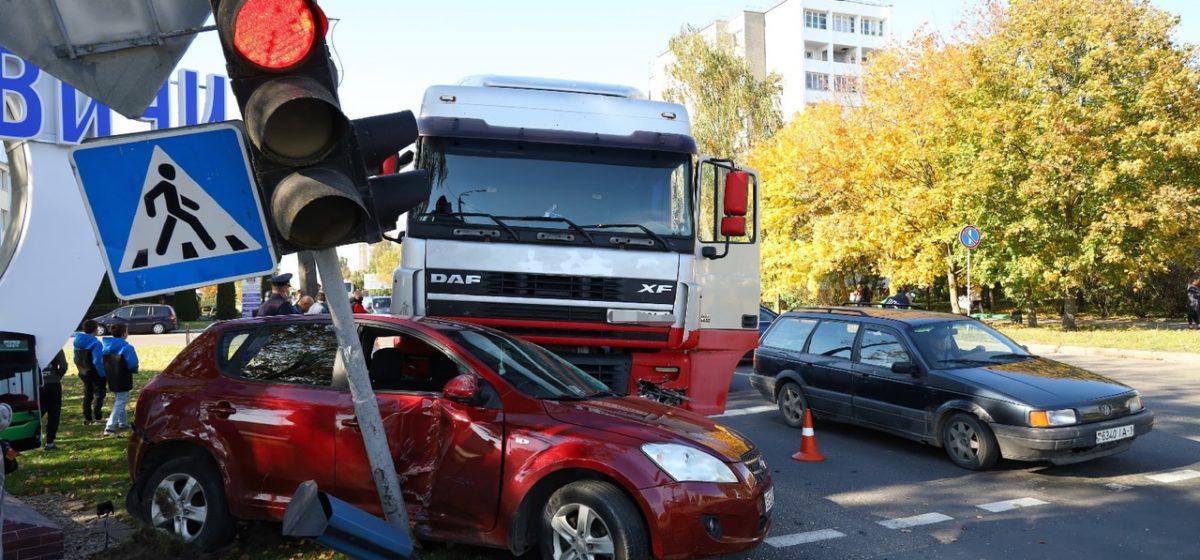 В Барановичах столкнулись фура и две легковушки. Одного из водителей увезла скорая