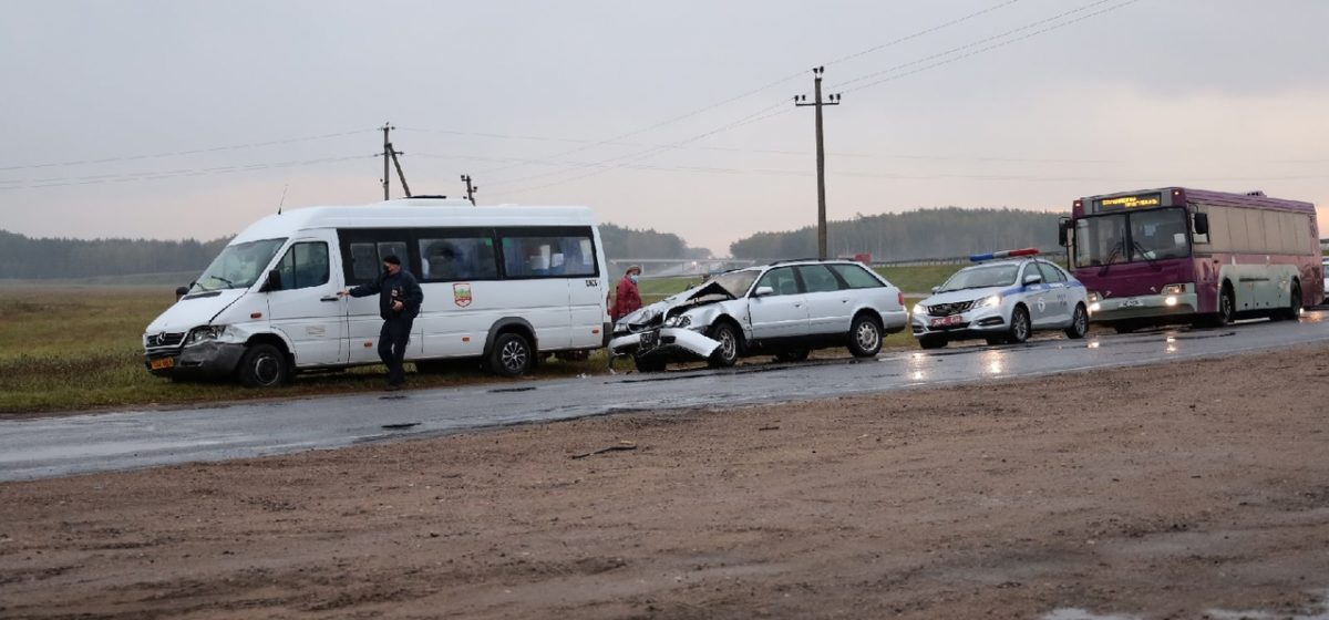 Лобовое столкновение маршрутки и Audi произошло под Барановичами