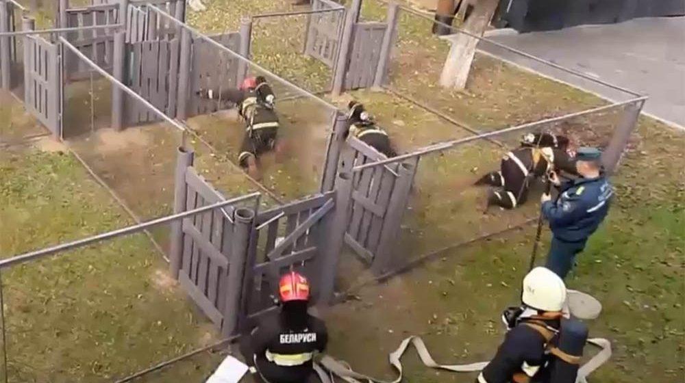 Необычная тренировка МЧС в Барановичах. Ползком и в специальной маске. Видео