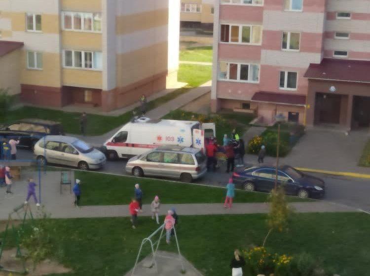Читатели сообщают, что во дворе в Барановичах машина сбила ребенка