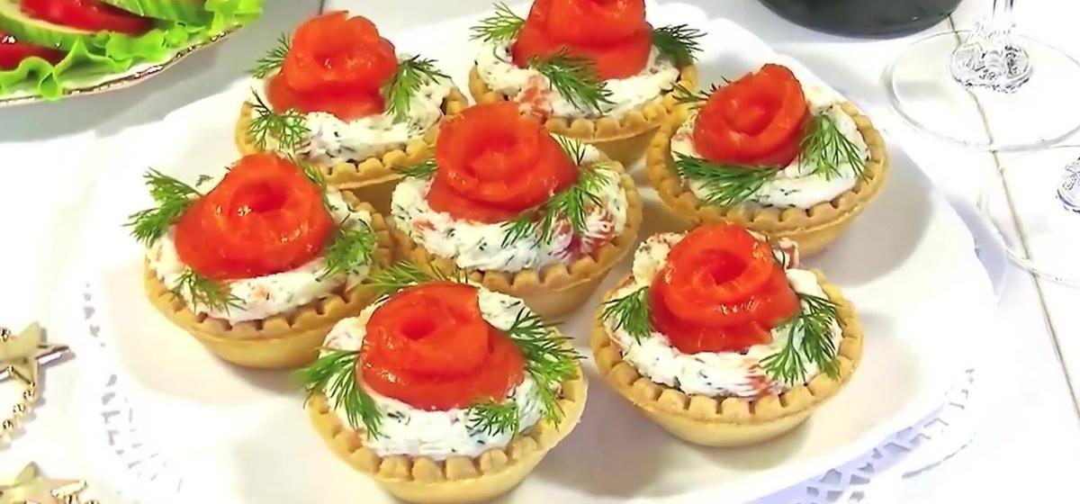 Как приготовить закуску «Розочки с красной рыбой и сыром». Видео
